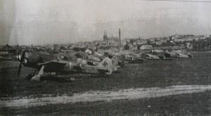 Opuštěná německá letedla na chrudimském letišti v květnu 1945